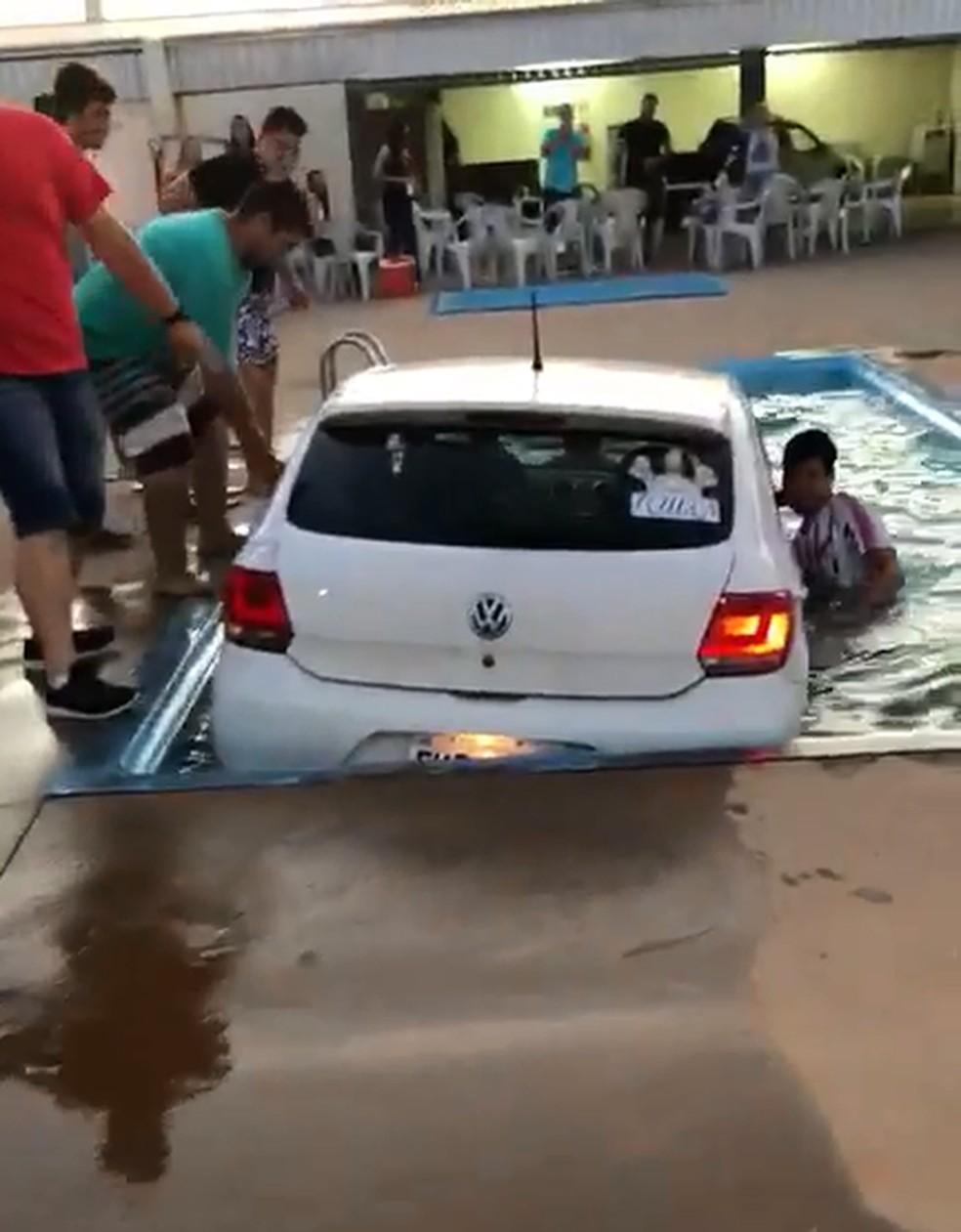 Carro cai em piscina durante churrasco em Garça — Foto: Natália Ribeiro / Arquivo Pessoal