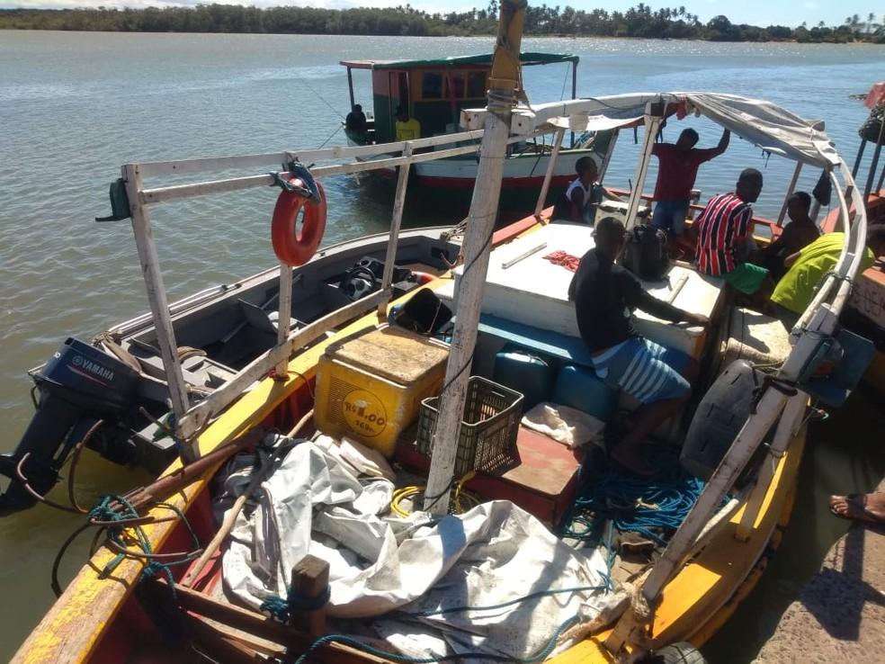 Pescadores estavam em um barco de madeira de nove metros de comprimento — Foto: Luana Bernardes/ TV Santa Cruz