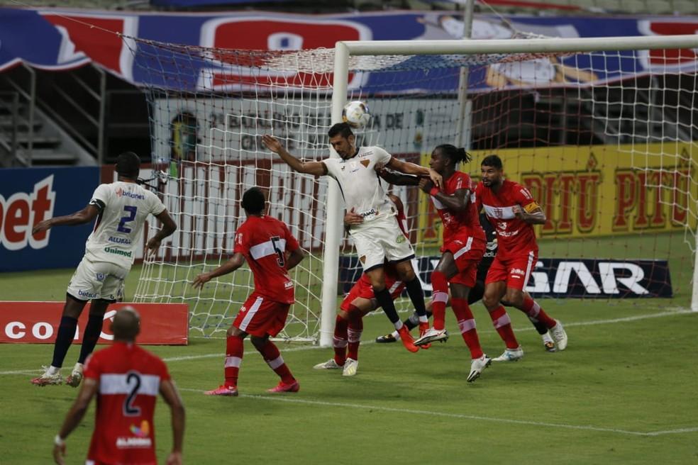 Fortaleza e CRB jogaram na quarta-feira pela Copa do Nordeste. CBF não se posicionou sobre uma possível suspensão da competição — Foto: Kid Júnior/SVM