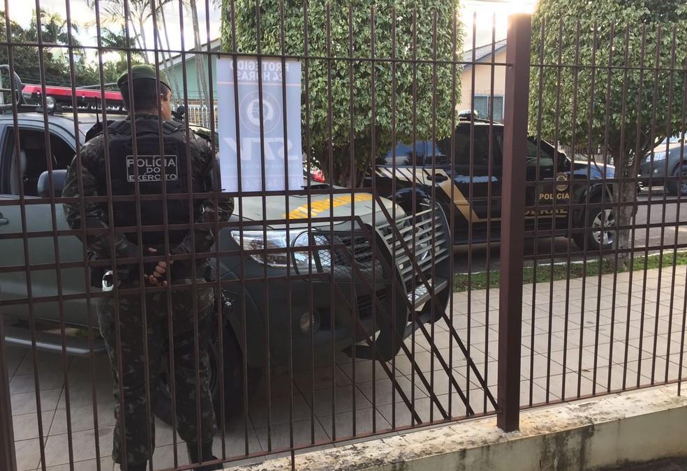 Polícia do Exército durante cumprimento dos mandados judiciais (Foto: Divulgação/Polícia Federal)