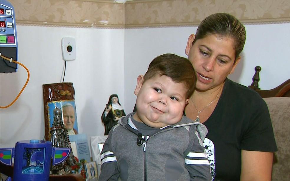 Davi Miguel no colo da mãe, Dinea Gama, em Franca, SP — Foto: José Augusto Júnior/EPTV