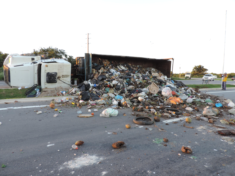 Caminhão carregado de lixo tomba próximo à entrada do Aeroporto de Natal