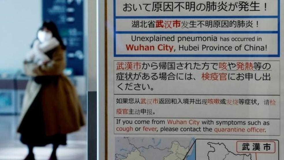 Aviso no aeroporto de Tóquio alerta para surto de coronavírus em Wuhan, na China — Foto: Reuters