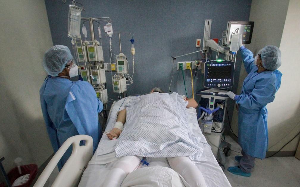 Médicos atendem paciente com Covid-19, em foto de 14 de maio — Foto: AP Photo/Joebeth Terriquez
