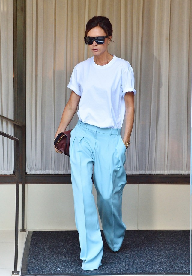 ** RIGHTS: ONLY UNITED STATES, BRAZIL, CANADA ** New York, NY - Victoria Beckham leaves her hotel in NYC. The fashion designer is wearing baby blue trousers and a white tee as she heads to the airport.Pictured: Victoria BeckhamBACKGRID USA 30 AUG (Foto: BACKGRID)