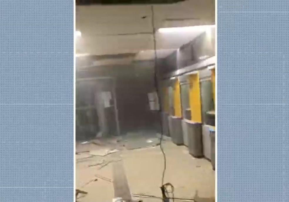 Grupos armados explodem 3 agências bancárias em Correntina, oeste da Bahia — Foto: Reprodução/TV Bahia