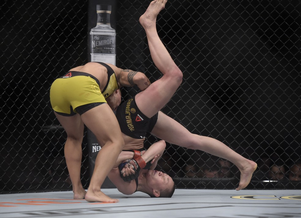 Jéssica Bate-Estaca jogou rival no chão e levou a vitória por nocaute no UFC 237 — Foto: André Durão