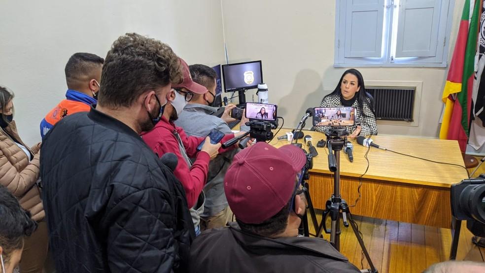 Delegada Fabiane Bittencourt fala a imprensa sobre Paula Schaiane Perin Portes  — Foto: Juliano Castro/RBS TV