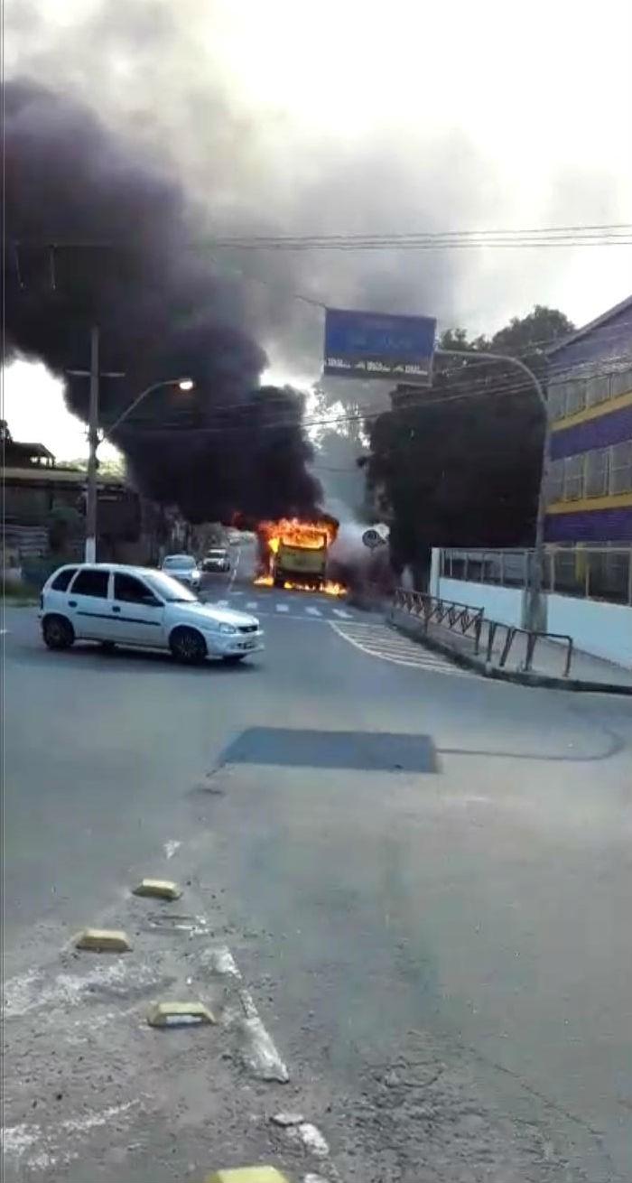 Ônibus pega fogo no bairro São Lucas, em Volta Redonda - Notícias - Plantão Diário