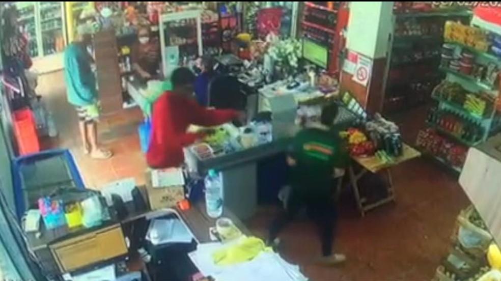 Duas pessoas foram presas por assaltar comércios no litoral Sul do ES — Foto: Reprodução/TV Gazeta