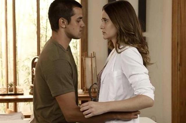 Juliana Paiva e Felipe Simas como Luna e Téo em 'Salve-se quem puder' (Foto: Globo)