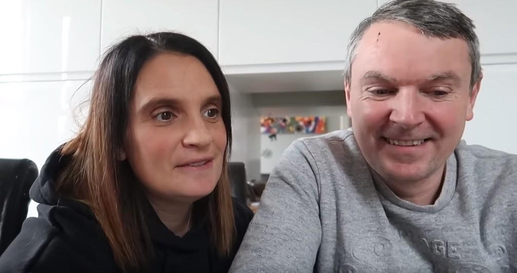 Sue e Noel Radford em vídeo no qual anunciam gravidez — Foto: Reprodução/Youtube/Radford Family