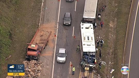 Acidente entre ônibus e caminhão prejudica o trânsito na BR-040