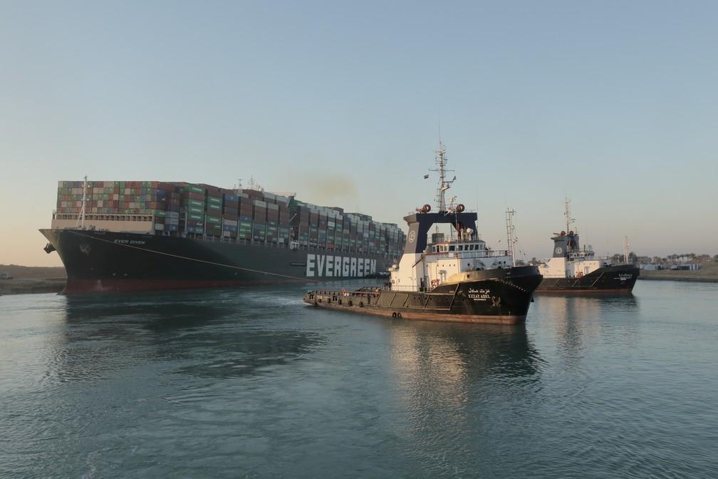 O megavio Ever Given, um dos maiores navios de contêineres do mundo, flutua parcialmente no Canal de Suez, no Egito, em 29 de março 2021 — Foto: Autoridade do Canal de Suez via Reuters