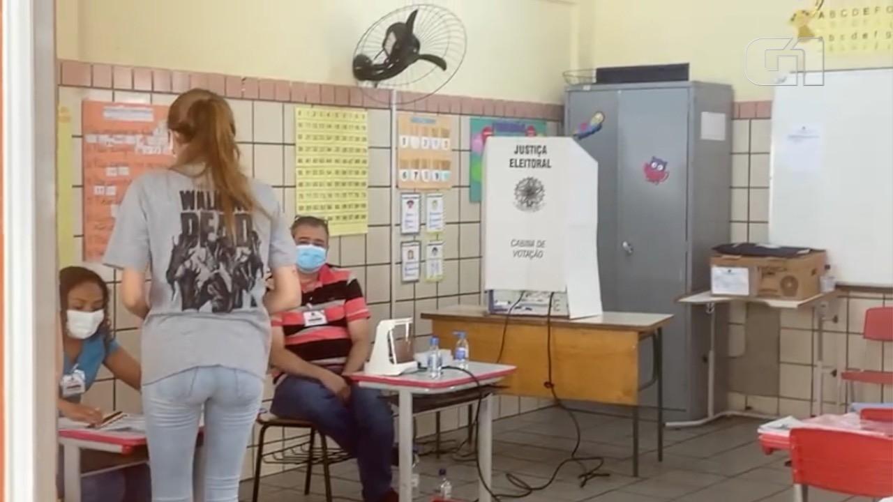 Mesários não usam protetor facial em uma das sessões eleitorais de Goiânia