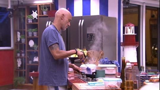 Ayrton prepara omelete com queijo e presunto para o café da manhã