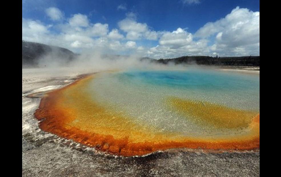 Fonte termal 'Lago Crepúsculo' atrai turistas para o Parque Nacional Yellowstone, que ocupa três estados no Noroeste dos EUA e é conhecido por seus gêiseres. A mistura de cores é causada pela bactéria 'Thermophiles'. (Foto: AFP)
