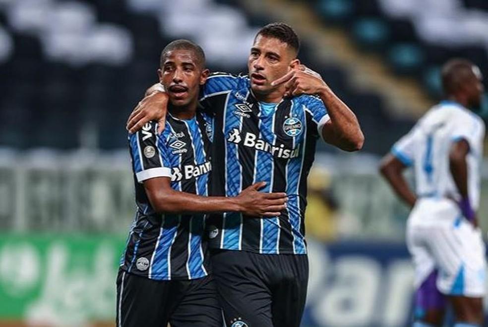 Diego Souza aponta para Guilherme Guedes após passe para gol do Grêmio — Foto: Lucas Uebel/Grêmio