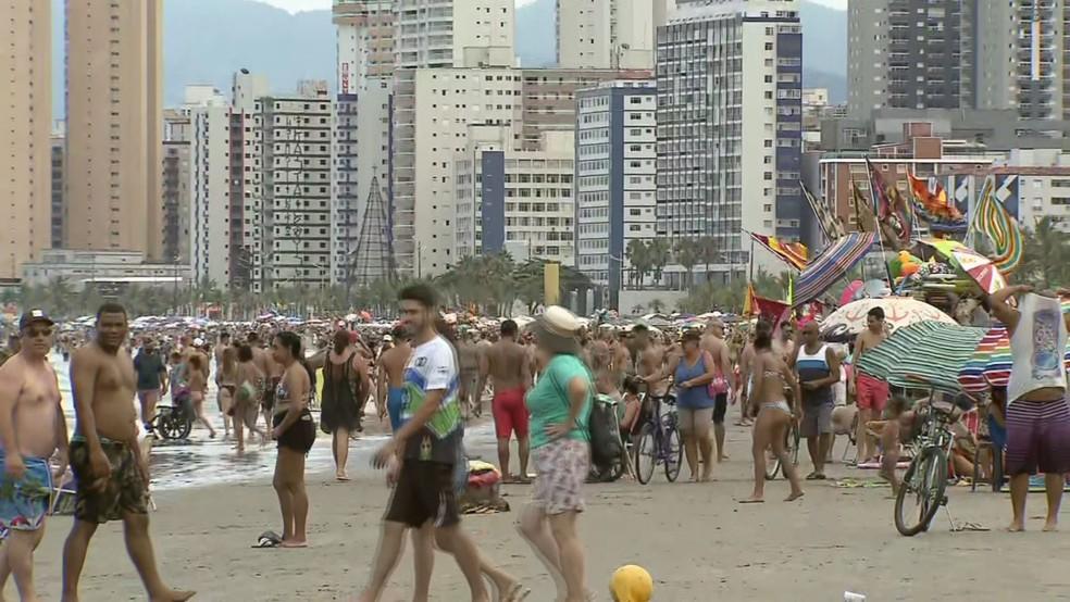 Banhistas se aglomeraram na faixa de areia em Praia Grande, SP — Foto: Reprodução/ TV Tribuna