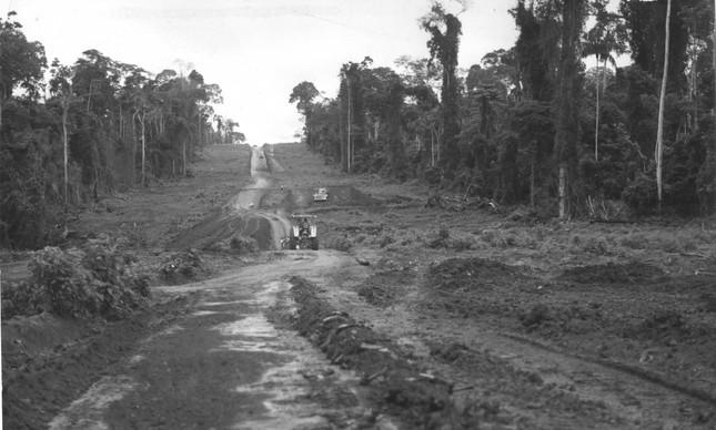 Obra inacabada da rodovia Transamazônica, em outubro de 1975