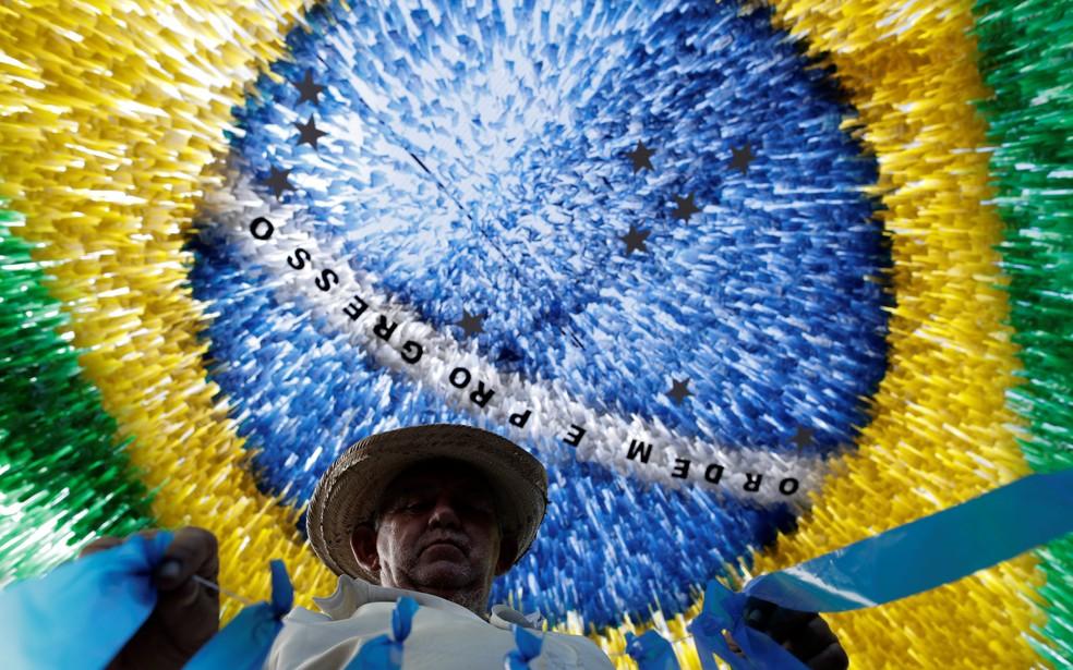 Em Manaus, as ruas foram tomadas por fitinhas que formam a bandeira do Brasil (Foto: Bruno Kelly/Reuters)