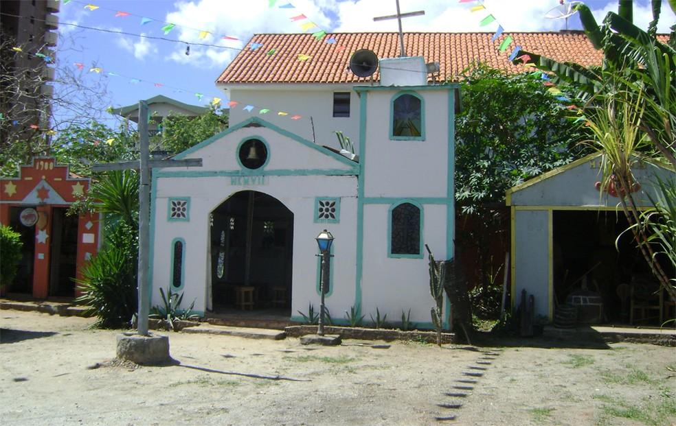 Vila Sítio São João tem o tradicional cruzeiro e no meio e a igrejinha — Foto: Rafael Melo/G1/Arquivo