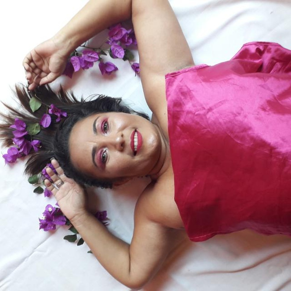 Joelma resolveu fazer ensaio fotográfico caseiro para comemorar o avanço no tratamento — Foto: Joeliane dos Santos Bonifácio Viana/Arquivo pessoal