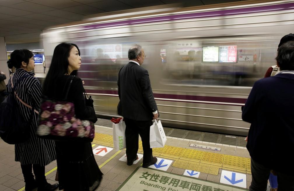 Passageiros esperam trem na cidade japonesa de Osaka (Foto: Reuters)