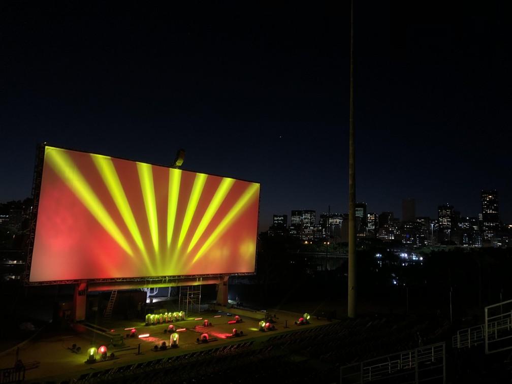 -  A tela do Open Air durante teste de imagem feito à noite, na Marina da Glória.  Foto: Carlos Brito