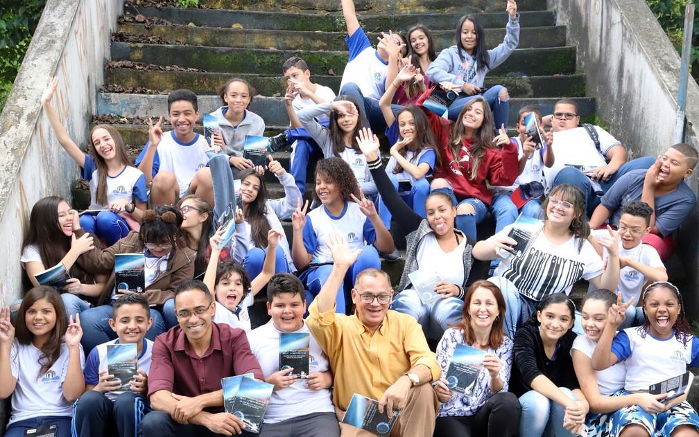 O professor Flávio Nascimento (de camisa vermelha) ao lado de estudantes que escreveram poemas para o livro 'Astronomia em versos'. — Foto: Governo do Estado de SP