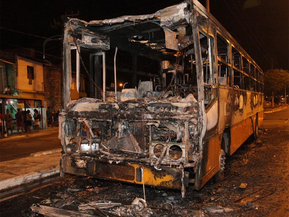 Ônibus queimado, em São Luís, durante ataques nos primeiros dias de 2014 (Foto: De Jesus/O Estado)