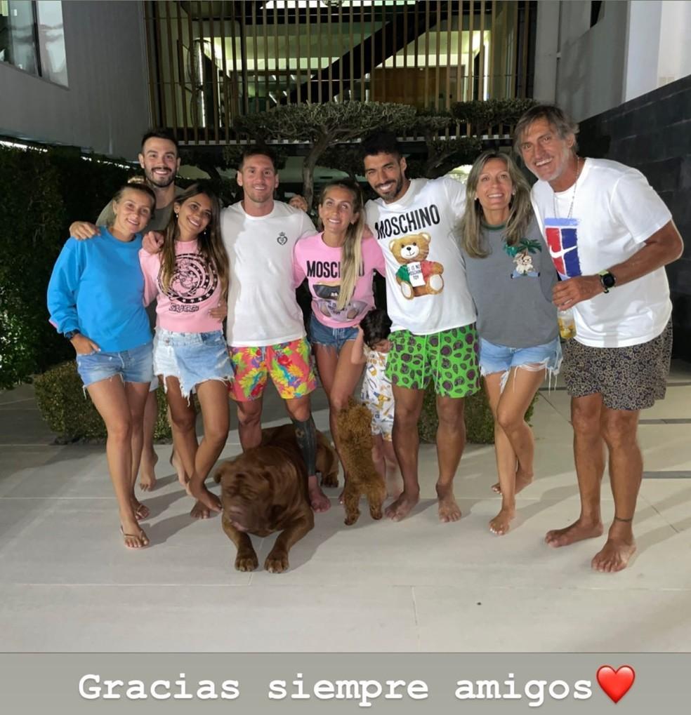As famílias de Lionel Messi e Luis Suárez se encontraram no que deve ser a última noite do craque argentino em Barcelona antes do acerto definitivo com o PSG — Foto: Reprodução/Instagram