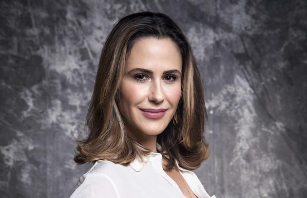 Dominique (Guilhermina Guinle) é uma renomada advogada que também integra uma organização criminosa responsável por proteger os interesses de políticos e empresários corruptos (Foto: TV Globo)