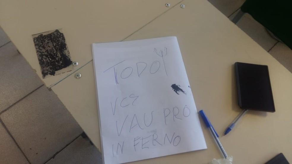 Vândalos deixaram bilhete em escola estadual de Sorocaba  — Foto: Arquivo pessoal