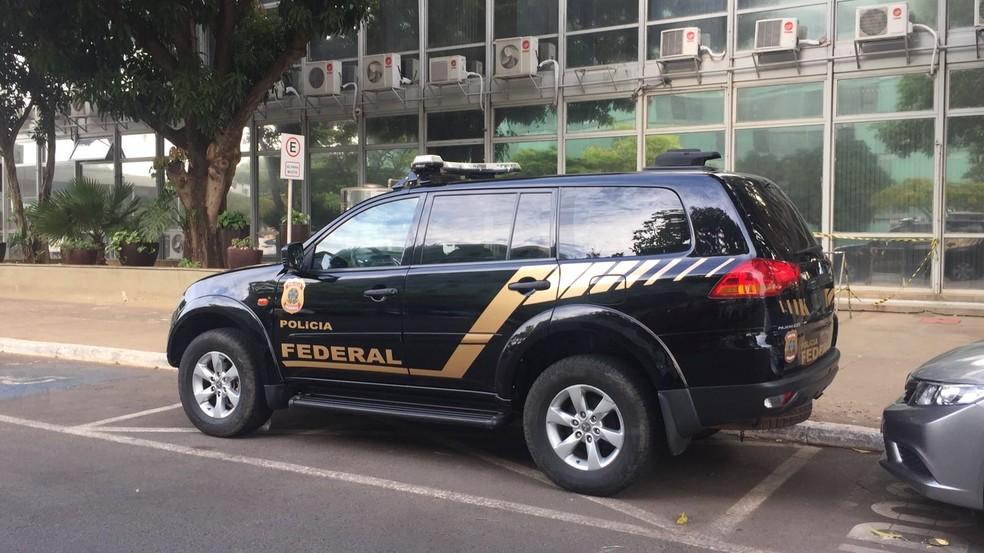 Carro da PF em frente ao prédio onde fica o Ministério do Turismo (Foto: TV Globo/Reprodução)