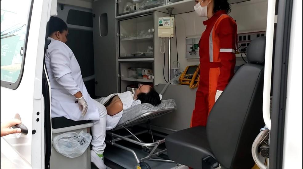 Paciente foi levado em maca dentro de ambulância à agência bancária de Parnamirim, no RN, para poder fazer prova de vida. — Foto: Geraldo Jerônimo/Inter TV Cabugi