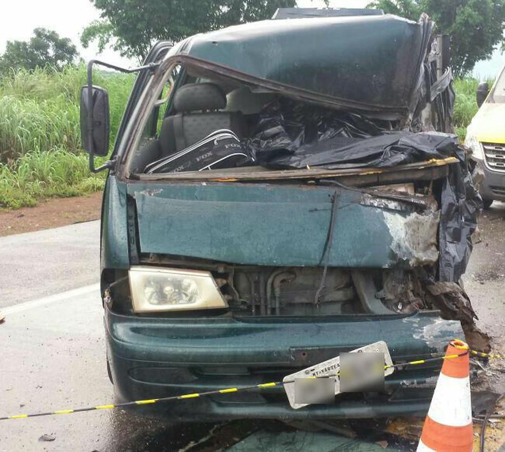 Motorista morreu após van bater em carreta e caminhão, na BR-163 (Foto: PRF-MT/Divulgação)