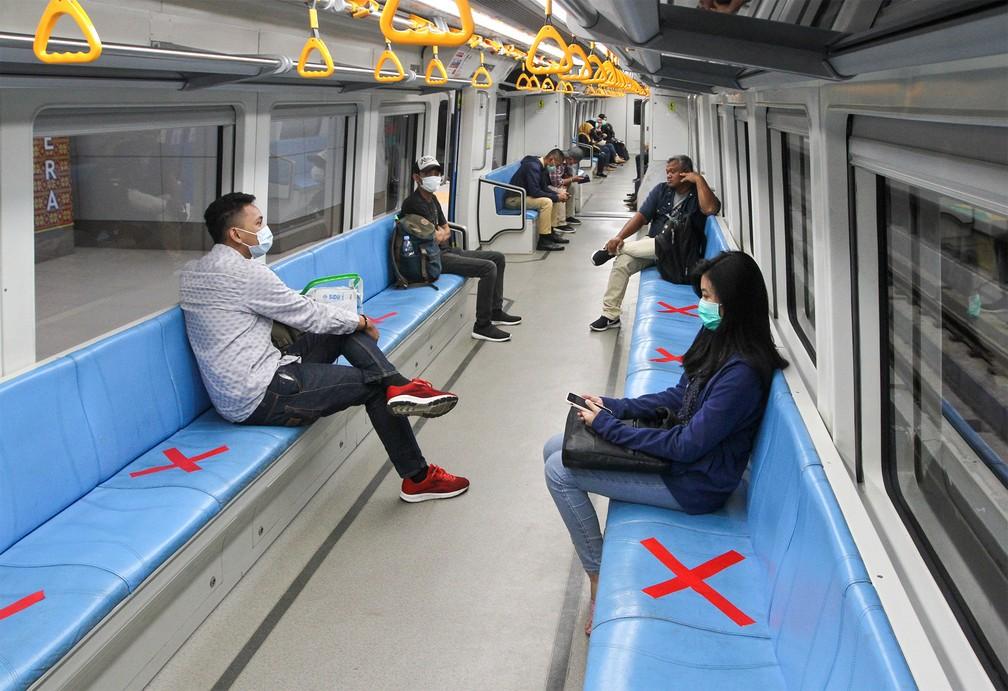 20 de março - Passageiros sentam entre assentos marcados com um X vermelho para respeitar o distanciamento social, uma das medidas contra o coronavírus adotadas em Palembang, Sumatra do Sul, na Indonésia — Foto: Abdul Qodir/AFP