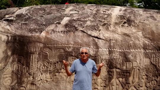 Fernando Gabeira mostra os mistérios da Pedra do Ingá, na Paraíba