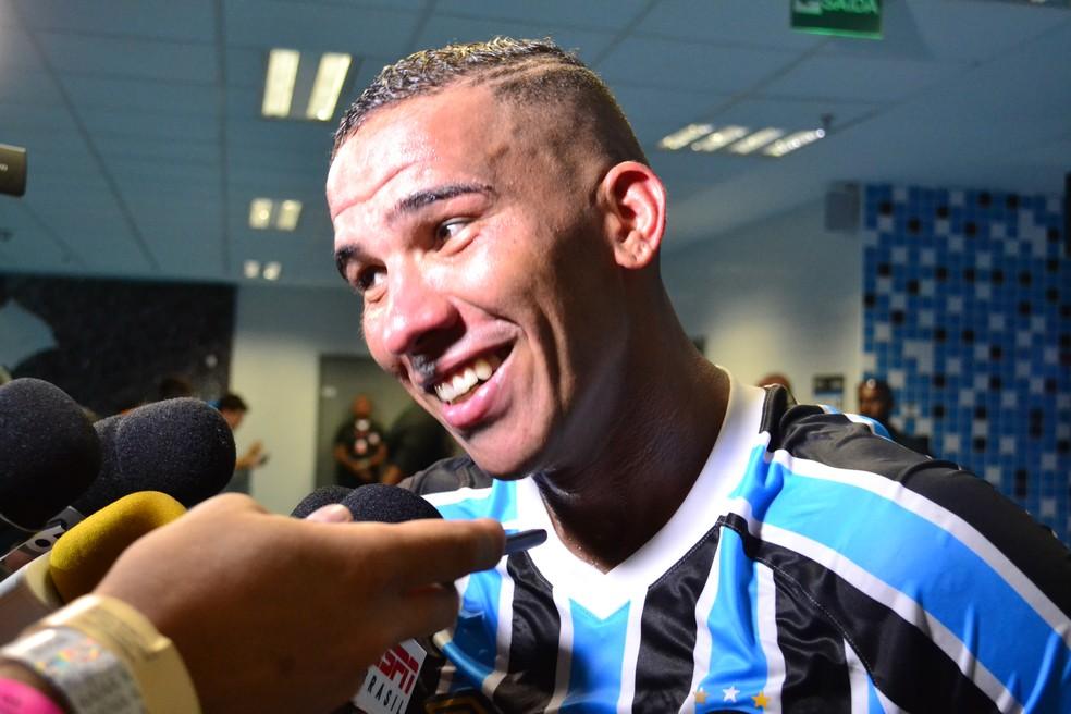 Atacante distribuiu sorrisos após o jogo (Foto: Eduardo Deconto)