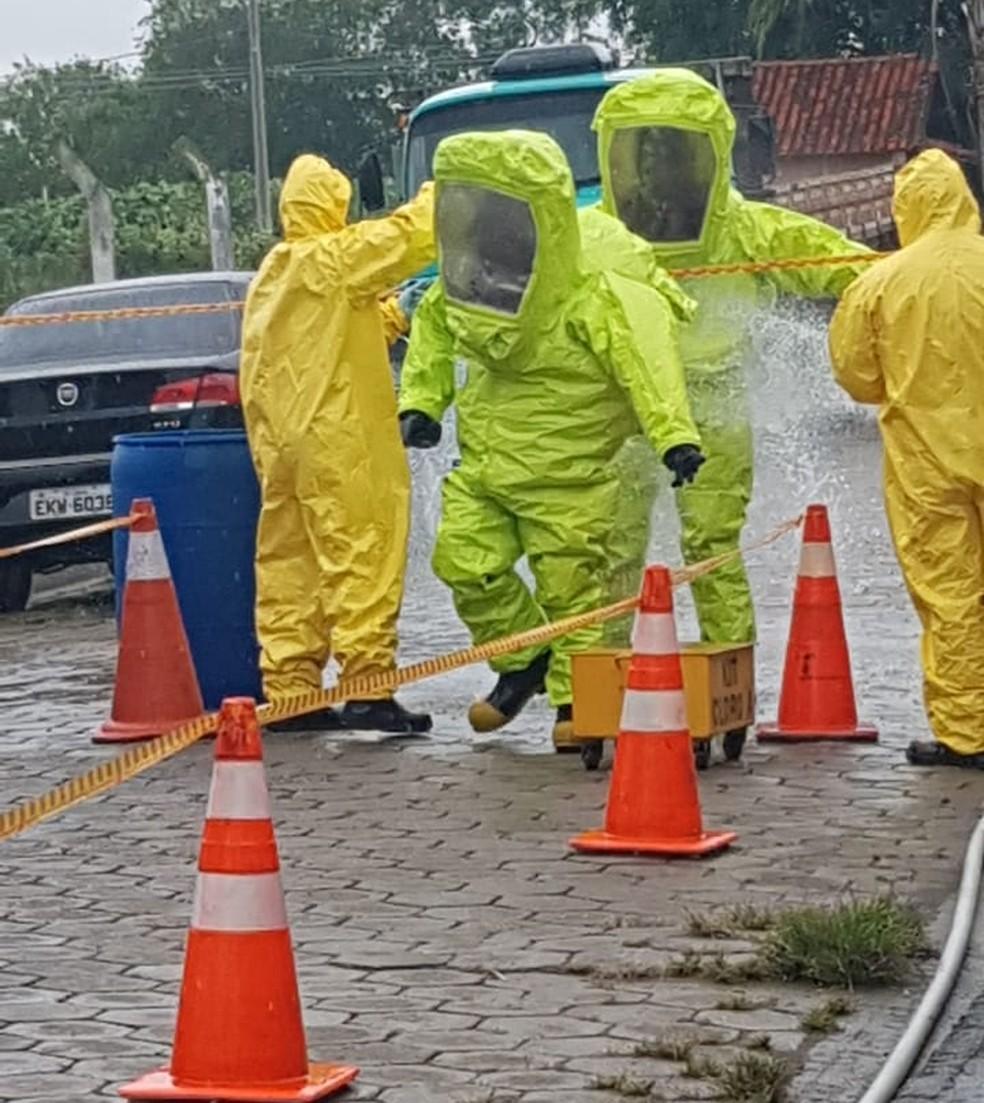 Cilindros foram recolhidos e serão periciados para identificar substância — Foto: Bombeiros/Divulgação