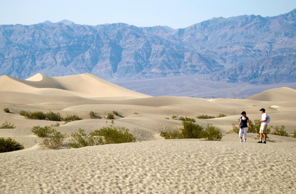 Foto de arquivo mostra turistas nas Dunas de Mesquite no Parque Nacional do Vale da Morte, Califórnia, 29 de junho de 2013 — Foto: Reuters/Arquivo