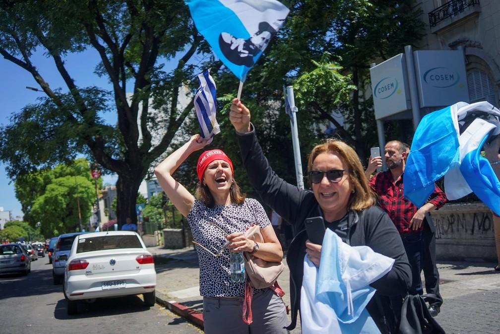 Apoiadores de Lacalle Pou comemoram vitória em Montevidéu nesta quinta (28) — Foto: Mariana Greif/Reuters