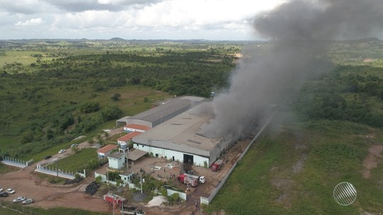 Combate a fogo que atingiu fábrica de reciclagem de pneus na Bahia chega a 14h