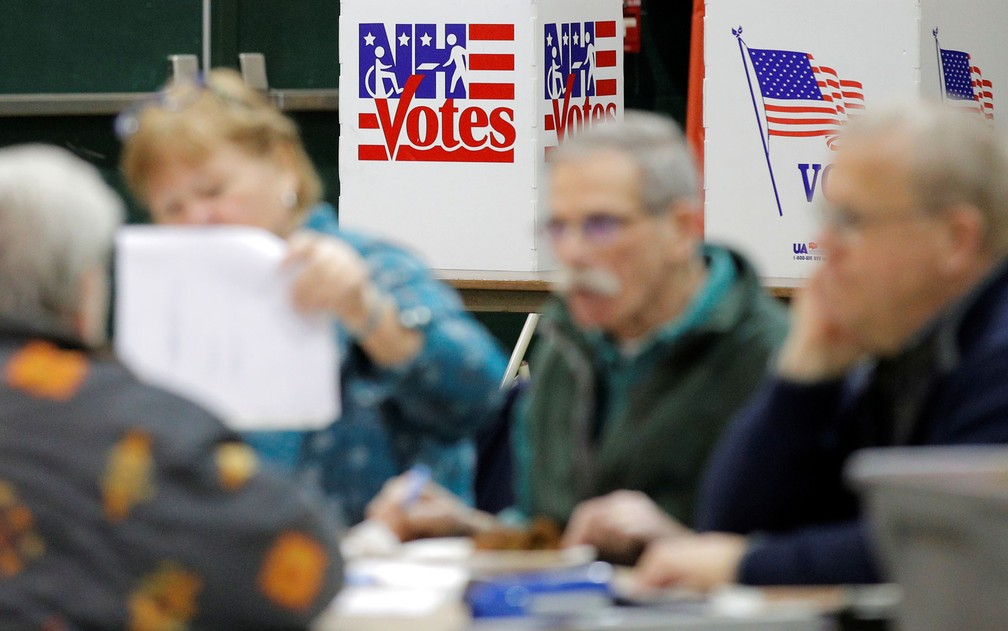 Funcionários trabalham em posto de votação de primária em Colebrook, New Hampshire, na terça-feira (11) — Foto: Reuters/Brendan McDermid