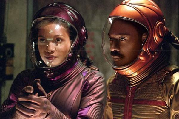 Eddie Murphy e Rosario Dawson em Pluto Nash (Foto: Divulgação)