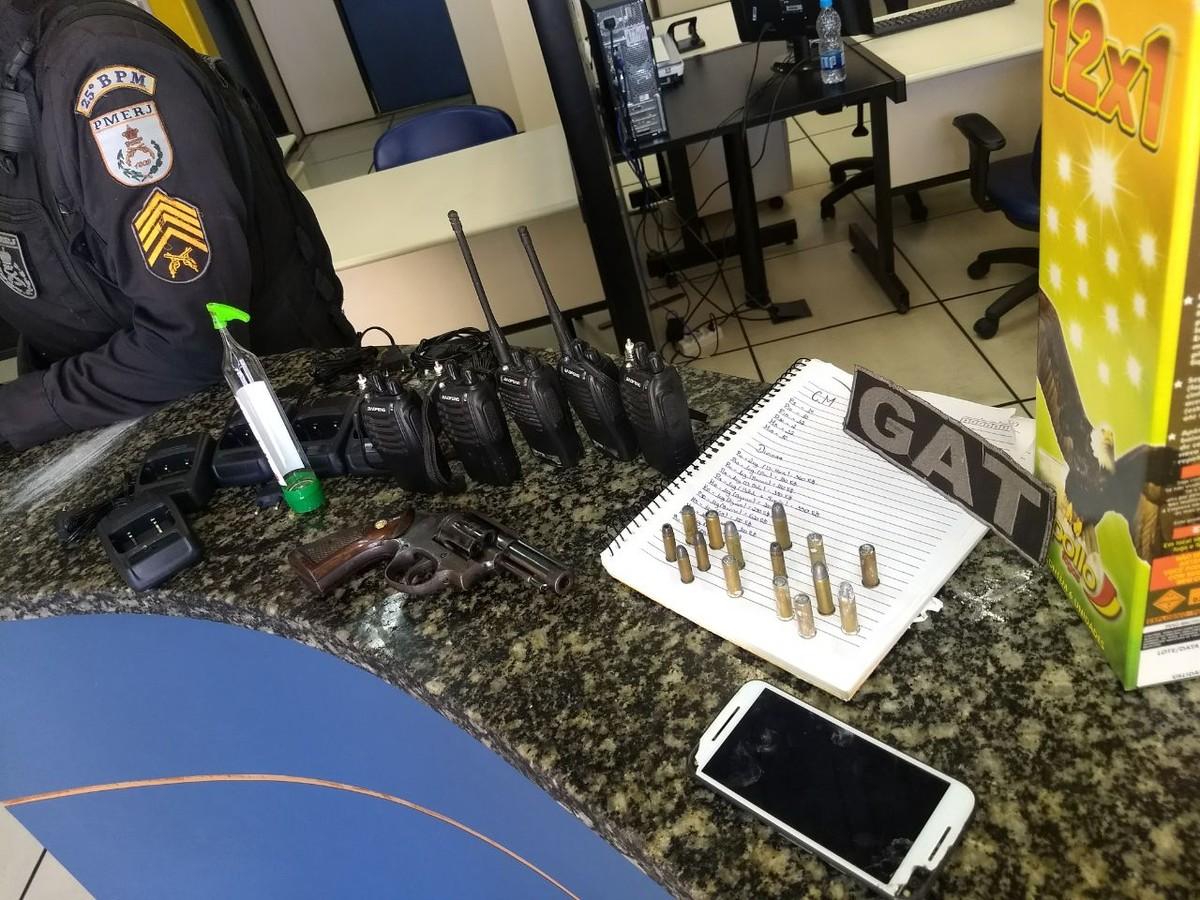 PM apreende revólver, munições e rádios transmissores em Cabo Frio, no RJ