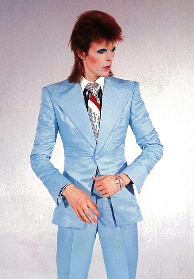 O terno mais icônico de sua carreira, usado no videoclipe de Life on Mars, ganhou diversas releituras, de Marc Jacobs a Racil. (Foto: Getty Images)