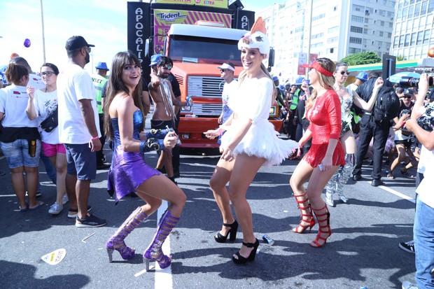 Thaila Ayala e Rafa Brites descem até o chão no Bloco da Favorita (Foto: Daniel Pinheiro / AgNews)