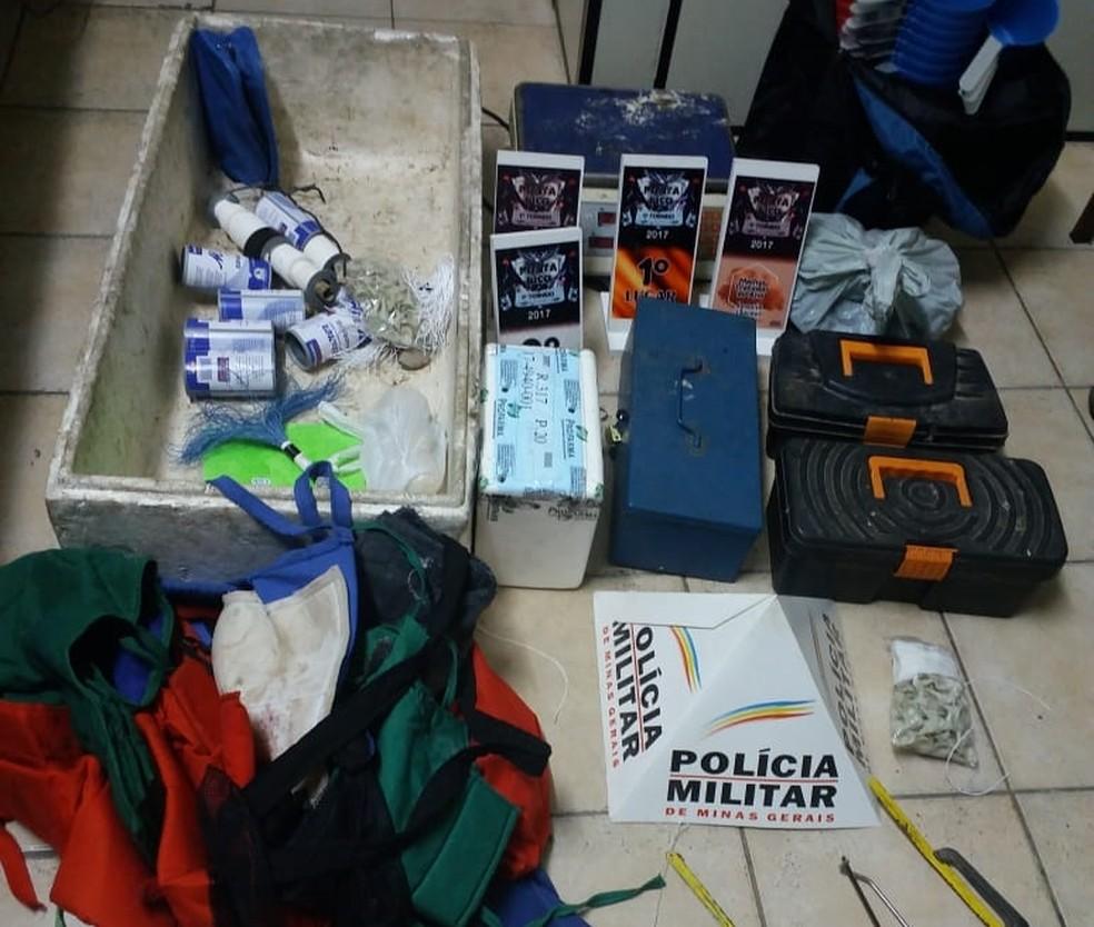 Materiais foram apreendidos em rinha de galo em Aguanil (MG) (Foto: Polícia Militar)